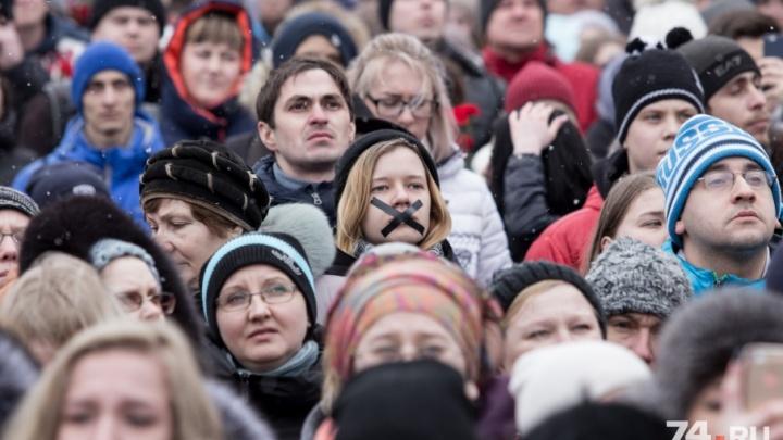 Траур без политики: сотни челябинцев пришли на Кировку помянуть жертв трагедии в Кемерово