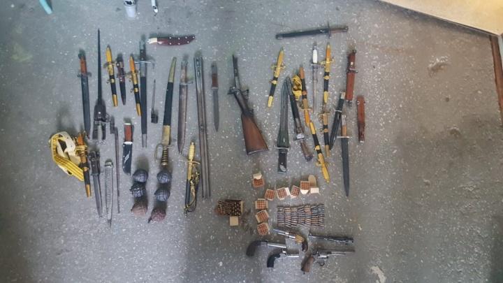 Сотрудники ФСБ нашли у жителя Самары арсенал с огнестрельным и холодным оружием