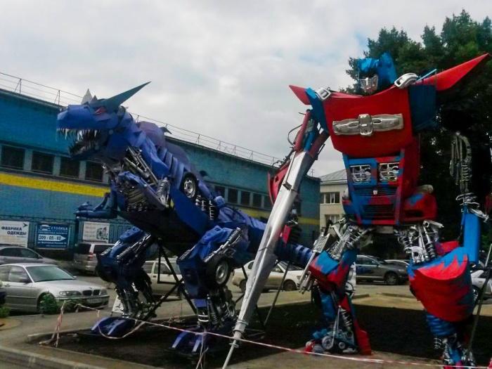5-метровый Оптимус Прайм и дракон после раскраски