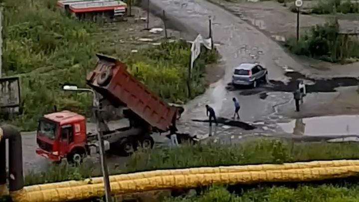 «Лишний остался?»: в крупном микрорайоне Челябинска засыпали лужи на дорогах свежим асфальтом