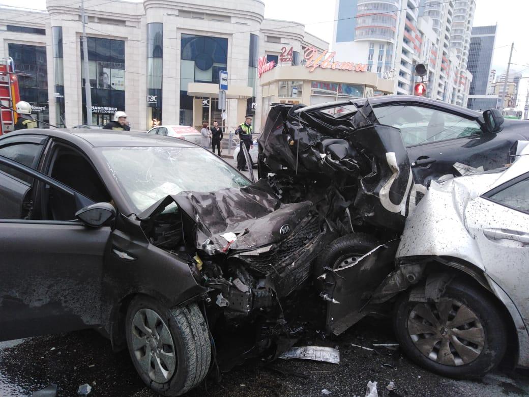От машины такси после аварии почти ничего не осталось