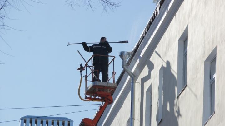 В Ярославле сосульки с крыш сбивали альпинисты