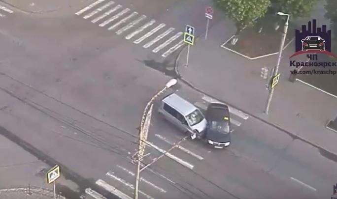 Иномарку развернуло поперек дороги после тарана на перекрестке