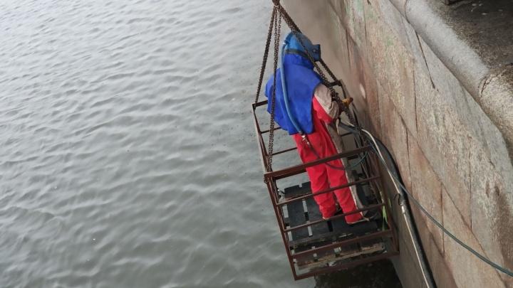 И так можно было? В Екатеринбурге парень начал очищать набережную от граффити без всякой краски