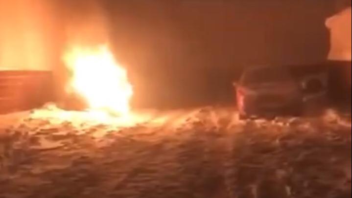 В Уфе сгорела машина вице-президента адвокатской палаты Башкирии, пожар сняли на видео очевидцы