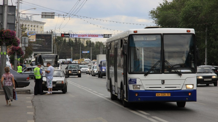 Уфимка пожаловалась на водителя автобуса, который смотрел за рулем фильм, и сняла его на видео