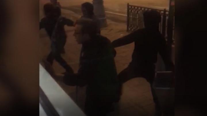 Били руками по голове и запинывали: в Екатеринбурге толпа подростков избила сверстника в трамвае