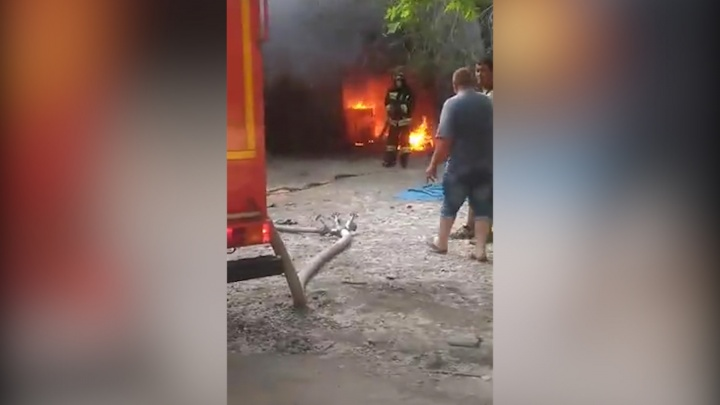 «Пылало ярко»: в челябинской промзоне сгорел автосервис