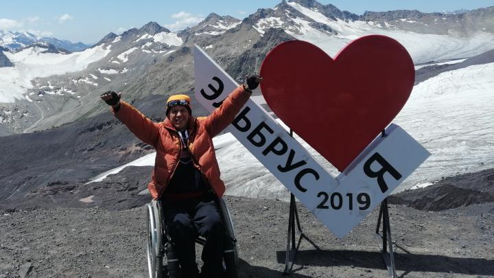 «Горы — это ни с чем не сравнимо»: пермяк на инвалидной коляске покоряет Эльбрус