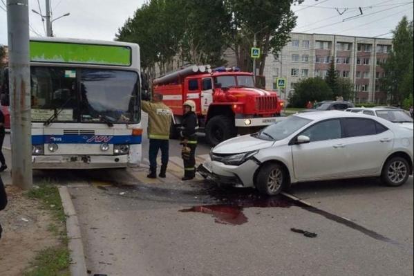 Автобус и легковушка столкнулись на перекрестке