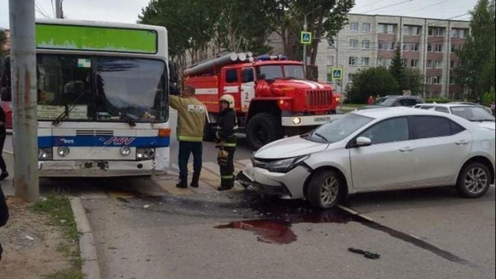 В Перми легковушка врезалась в пригородный автобус: пострадали два пассажира