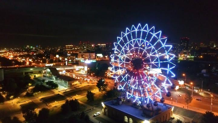 Новосибирец снял с высоты новое колесо обозрения — иллюминации аттракциона в ночное время восхищают