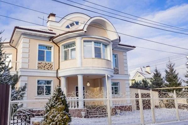 Дом построен в стиле русского поместья