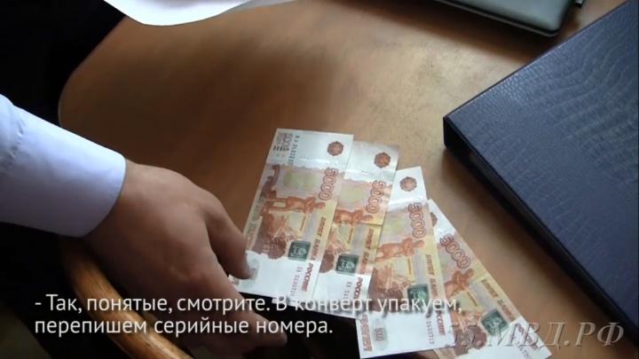 59-летняя омичка набрала фальшивых денеги начала их разменивать в супермаркетах