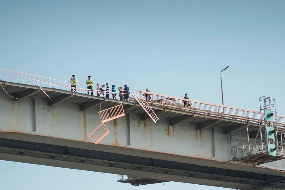 Сцена аварии на мосту. Во время съёмок  многие жители Уфы подумали, что там и правда произошла авария