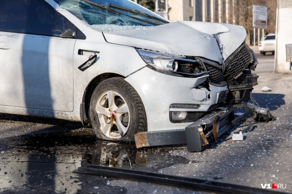 В марте 22-летняя волгоградка на всей скорости протаранила остановку в центре города