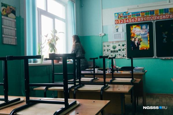 Учителя вынуждены работать по 12 часов в день, чтобы получать зарплату, хотя бы немного приближенную к цифрам Омскстата
