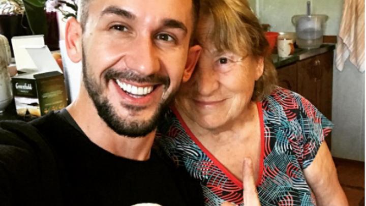Солист группы «Пицца» прилетел в Уфу и навестил бабулю