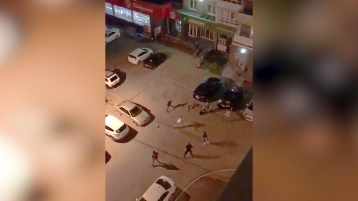 «Доставай нож»: пьяные разборки в «Парковом» очевидцы сняли на видео