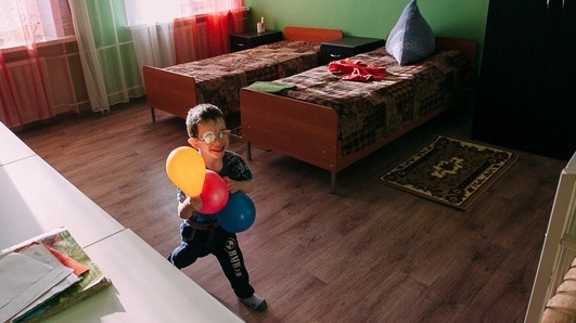 На фото мальчик, у которого впервые появилась своя комната