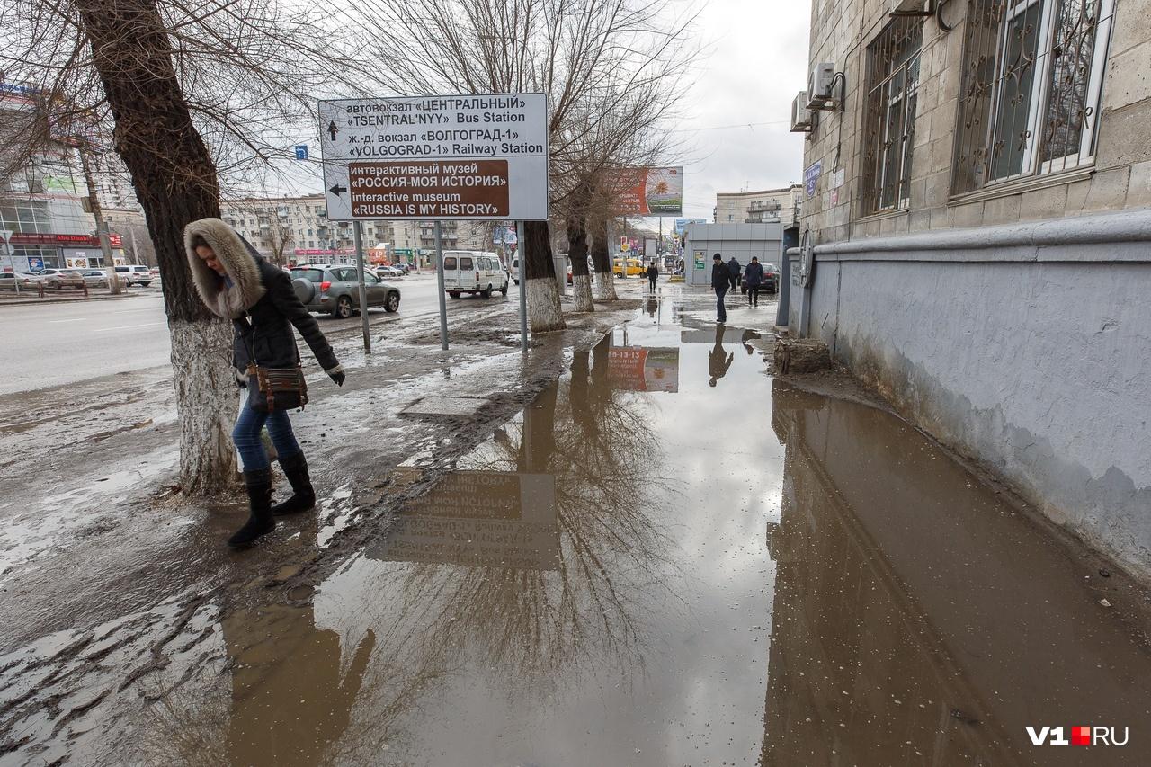 Выбор у волгоградцев есть всегда: можно прийти домой мокрым, а можно сухим, но в грязи
