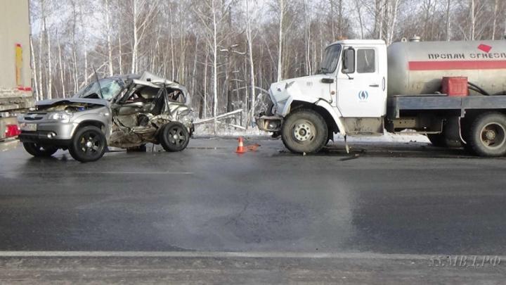 На трассе Тюмень – Омск водитель «Нивы» погиб после столкновенияс фурой и газовозом