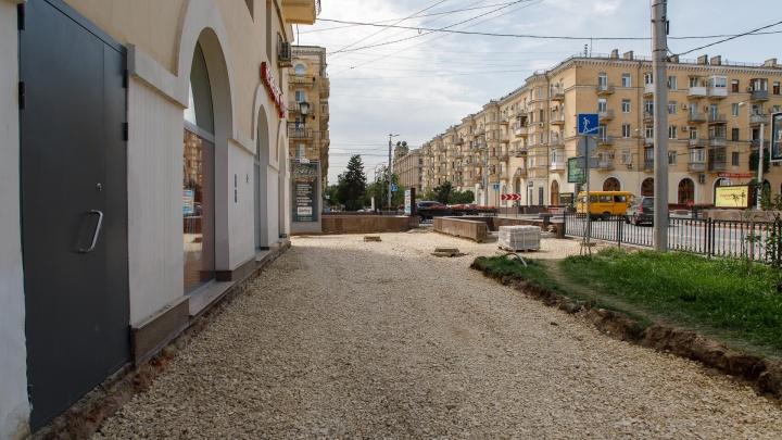 В центре Волгограда пешеходов пустили в обход перекопанной дороги