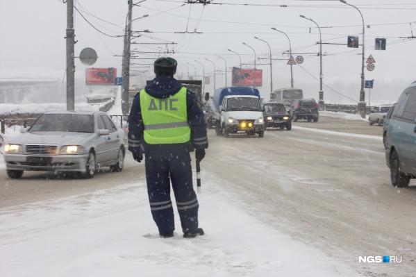 Сотрудники ГИБДД ждут дорожные службы