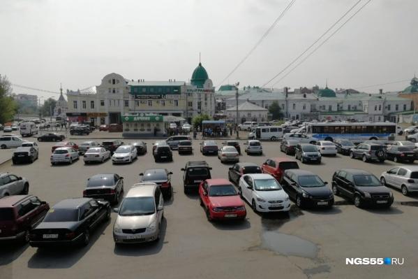 Сейчас улица Бударина — это просто большая парковка в самом центре города