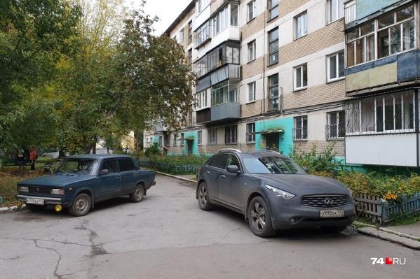 По словам автора снимка, водитель «семёрки» паркуется так всегда, а водитель Infiniti живёт в соседнем дворе. На просьбу оставлять хотя бы номер телефона под стеклом ответил, что запарковался нормально, когда «семёрки» ещё не было. Заблокированными остались пять машин на парковке у дома по улице Калмыкова, 14 (Металлургический район)