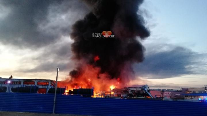 На место пожара на Котельникова выехала лаборатория для замера выбросов: горел склад ГСМ