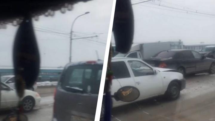 Пять машин столкнулись на дамбе Октябрьского моста— собралась большая пробка