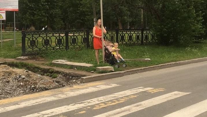 Рвы против колясок: на Юго-Западе дорожные рабочие раскопали землю возле пешеходного перехода