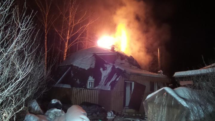 """""""Брали лопаты и закидывали снегом"""": на ВИЗе огонь охватил дом с круглой крышей"""