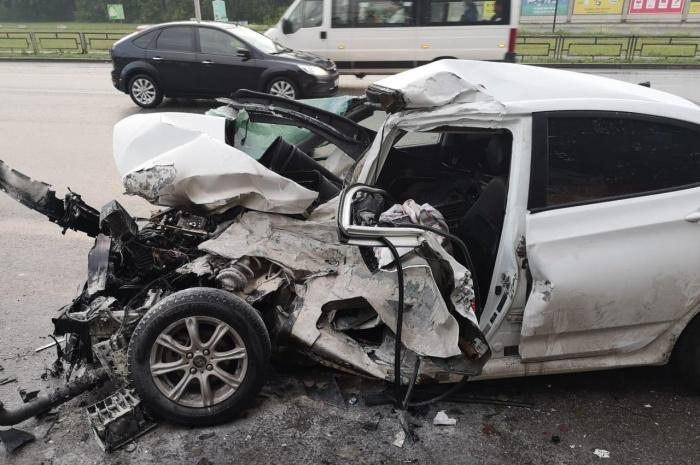 Hyundai превратился в груду искореженного металла
