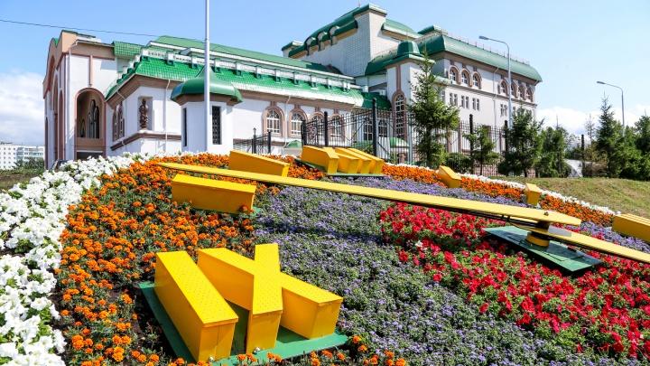 Цветочные часы, райский павлин и 11 тысяч петуний: любуемся сквером за театром «Нур» в Уфе