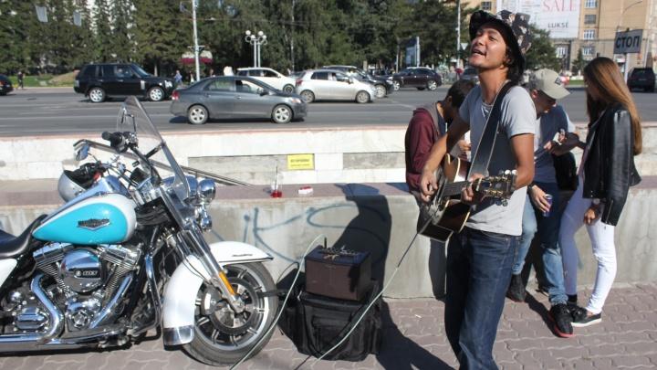Поющий в Первомайском сквере японец заработал за день 7 тысяч и передумал уезжать