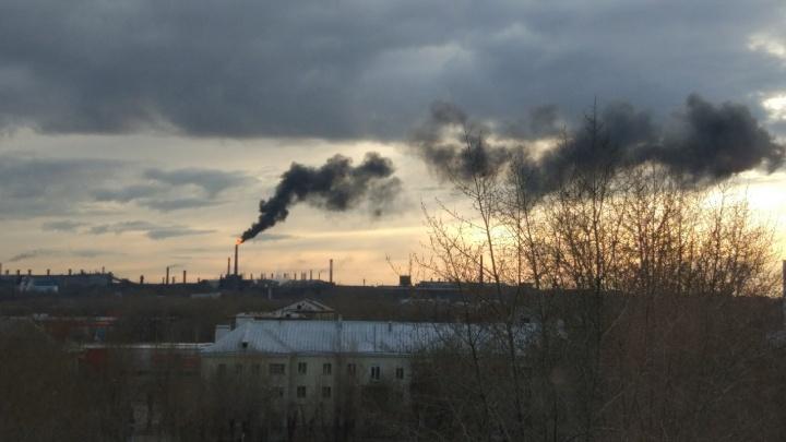 «Чёрный дым по всему городу»: огонь из трубы ЧЭМК встревожил челябинцев