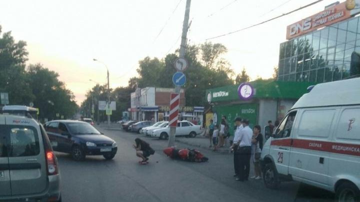 Дорога без разметки: на Управленческом мотоциклист столкнулся с легковушкой