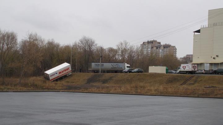 На Южном Урале с парковки «сбежал» прицеп большегруза крупной торговой сети
