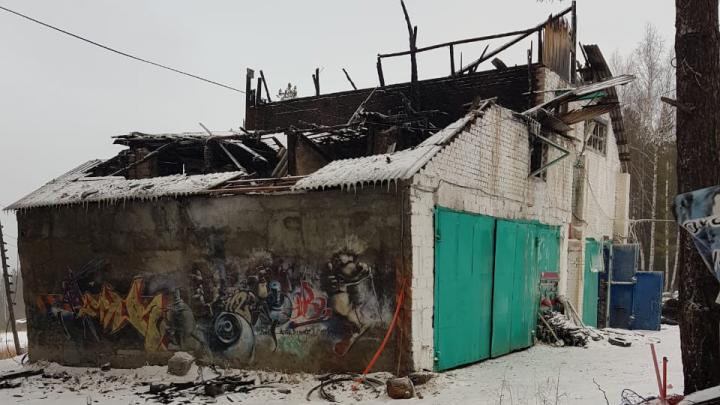 Ущерб — миллион: на горе Ежовой сгорело здание, где юные уральские чемпионы хранили лыжные комплекты