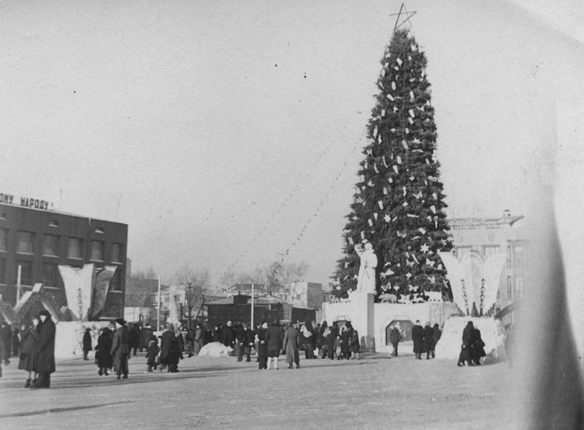 В 1957 году ёлку перенесли ближе к улице Ленина