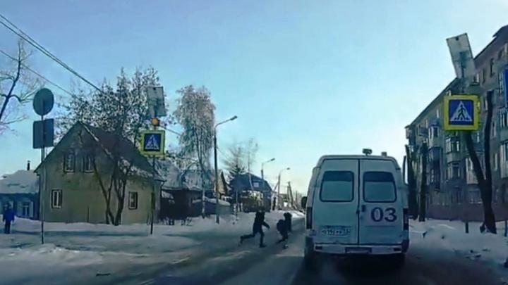 В омской ГИБДД прокомментировали запись, на которой дети бросились перебегать дорогу перед скорой