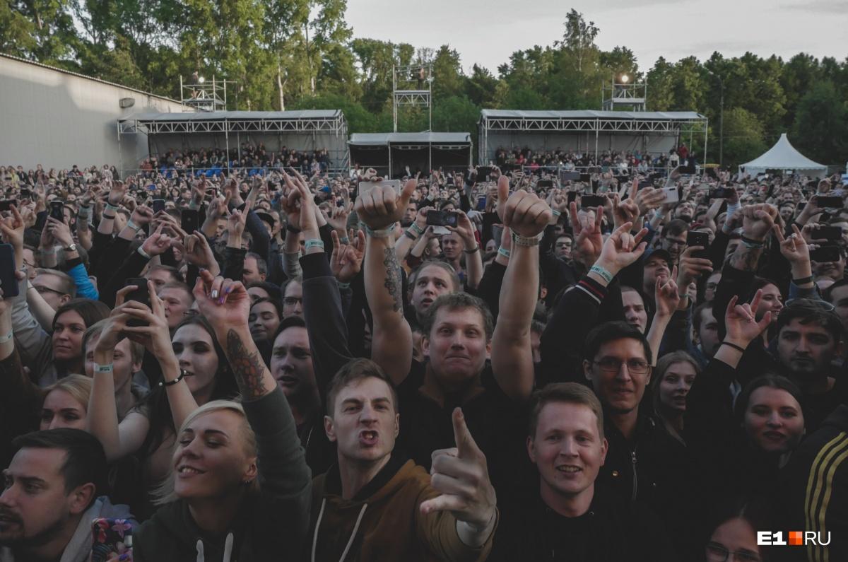Фанаты встречали криками каждую песню