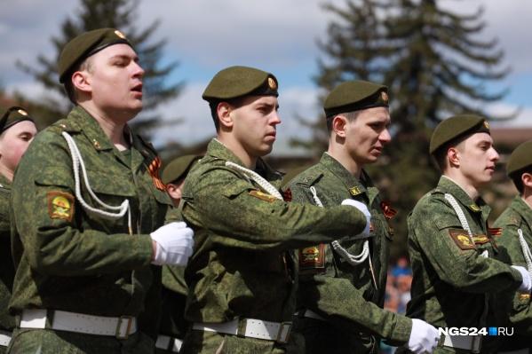 Срочников из Красноярского края распределяют в части по всей России