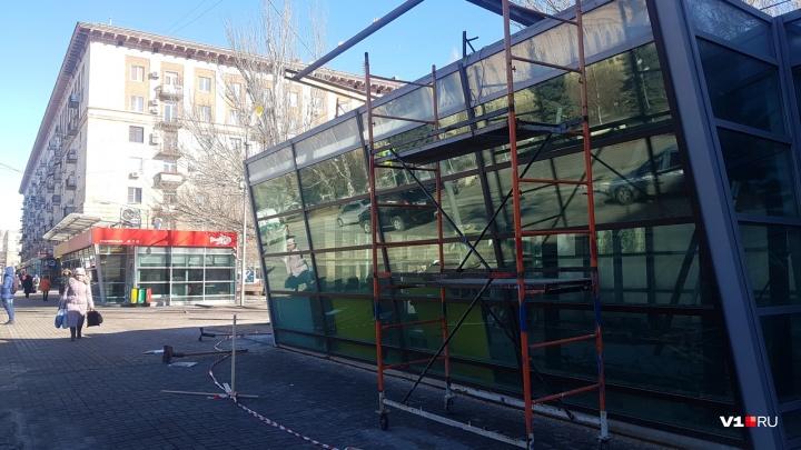 На Аллее Героев в центре Волгограда начали убирать павильоны-стекляшки