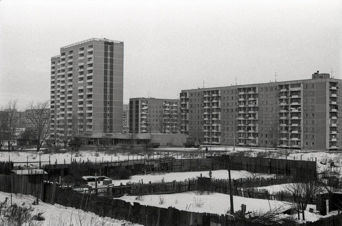 Февраль 1984 года. Панорама нового района, сделанная с моста. Вид на многоэтажки по Бебеля, 136 и Ольховской, 23