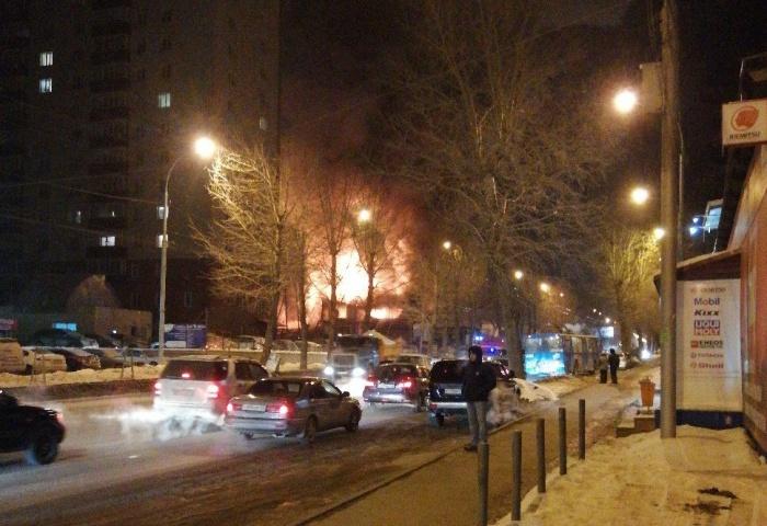 Пожар на СТО случился рано утром