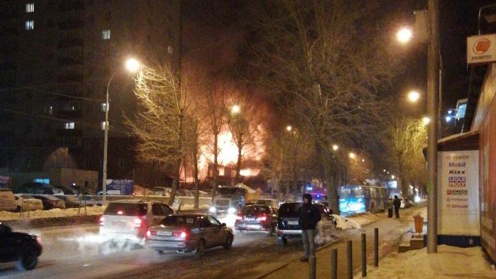 В Октябрьском районе сгорела СТО