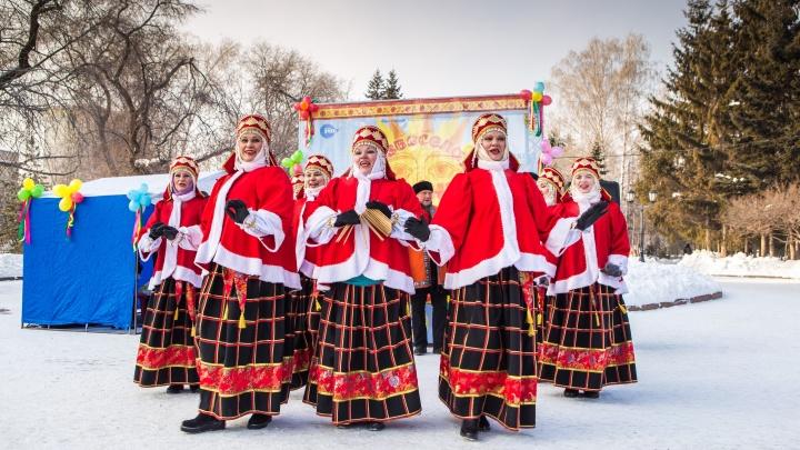 Гуляют и едят: новосибирцы выстроились в очередь за бесплатными блинами и кашей от байкеров